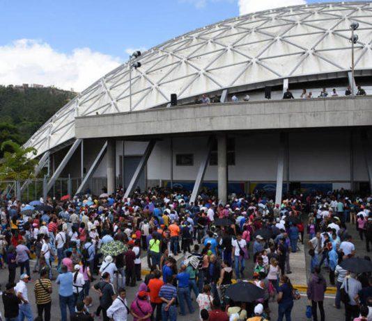 People in line voting for the Venezuela Referendum.