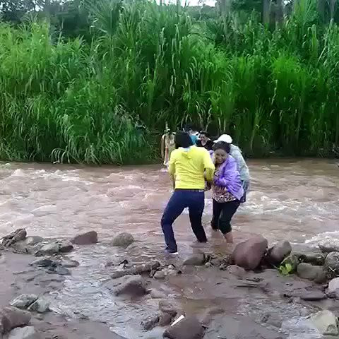 People crossing the river, in Táchira, to escape guarimberos and vote on the July 30th elections.