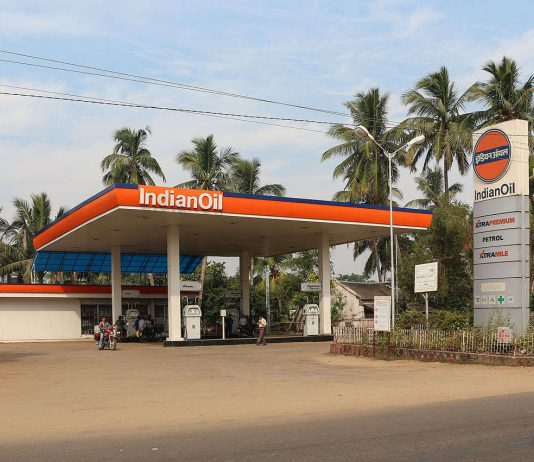 IndianOil service station in Pipili, Odisha, India. Photo by: Bernard Gagnon.