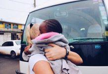 Jossa Johansson in Kenya holding a girl. Foto by: @jossajohansson instagram account.