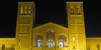 Royce Hall at night, Los Angeles, USA. Photo by: Geographer.