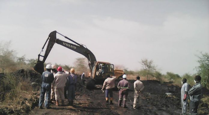South Sudan oil workers attempting to contain the spill. Photo by: Nile Institute of Environmental Health.