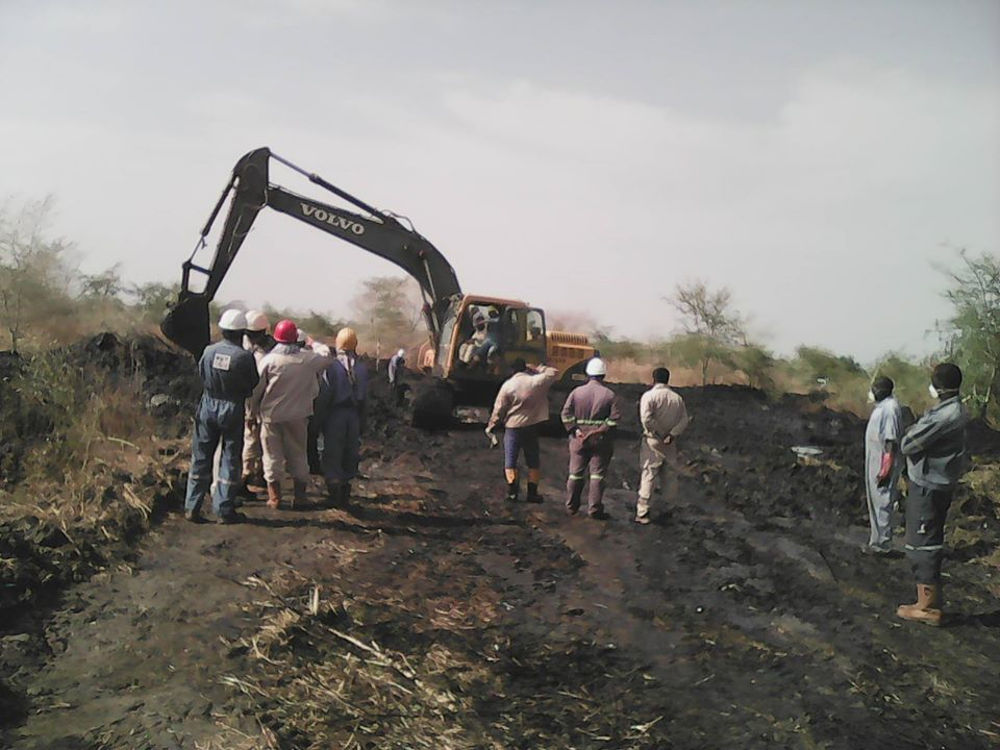 Oil workers attempting to contain the spill. Photo by: Nile Institute of Environmental Health.