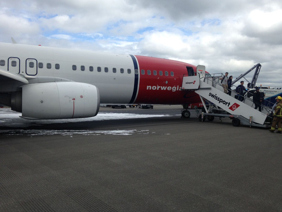 Passengers leaving the D86241 Norwegian Air airplane in Birmingham Airport. Photo by: Via News.