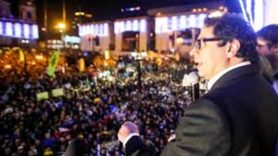 Gustavo Petro speaking from the balcony. Photo by: Wikimedia Commons.