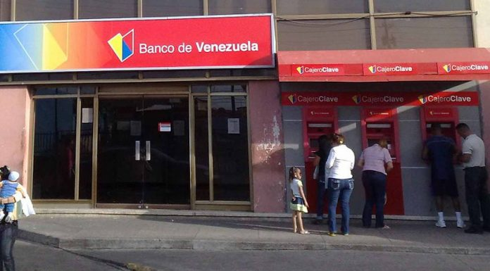 Outside Banco de Venezuela in Punto Fijo, Venezuela. Photo by: ArwinJ.