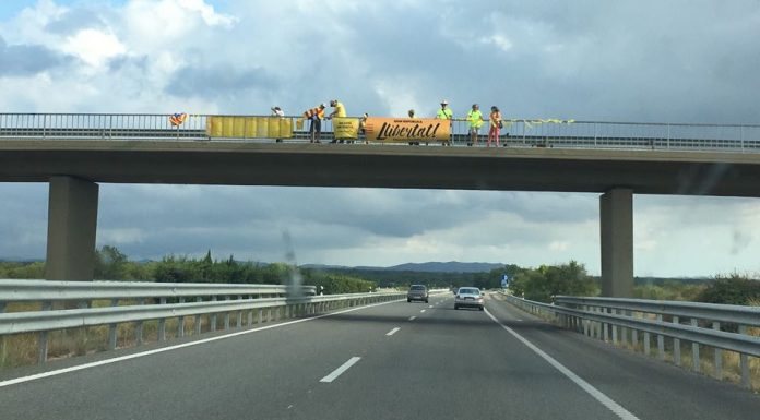 Independentists protesting in Autovía A-2. Photo by: ViaNews.