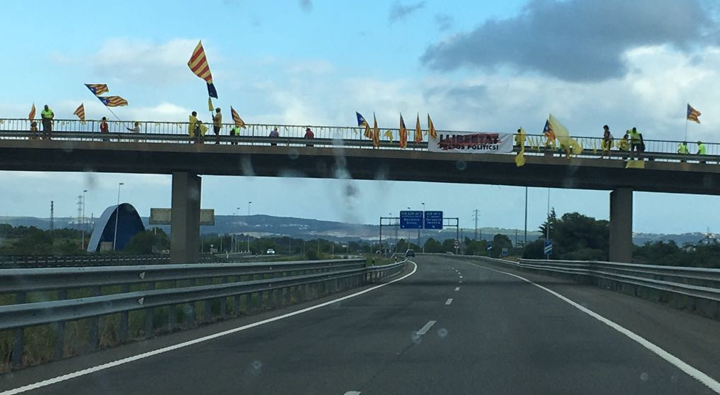 "Independentists protesting in Autovía A-2. Sign reads ""Free Political Prisoners"" Photo by: ViaNews."