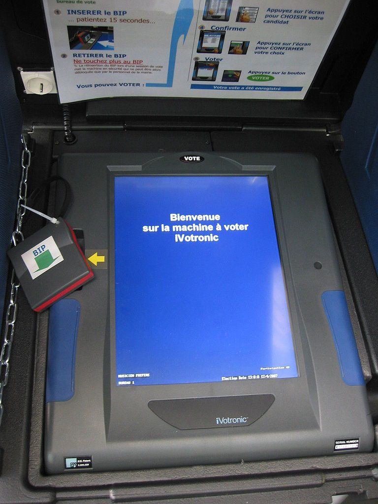 IVotronic voting machine used in Issy-les-Moulineaux during the election to the presidency of the French Republic in 2007. Photo by: Benoît Sibaud.