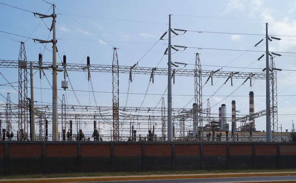 Electric transmission lines station in Maracaibo, Venezuela. Photo by Rjcastillo.