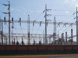 Electric transmission lines station in Maracaibo, Venezuela. Photo by Rjcastillo.