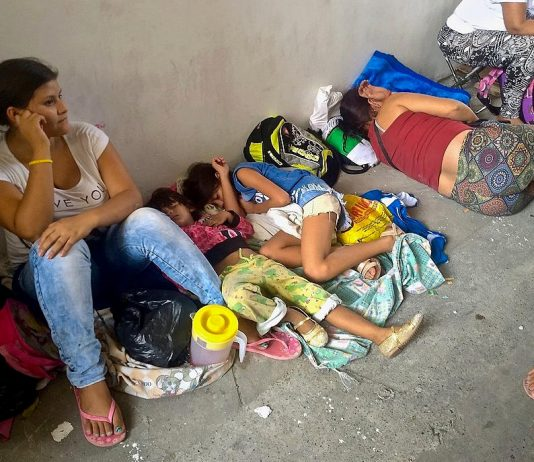 Venezuelan refugees sleeping on the streets of Cucuta (Colombia). Photo by: Provea.