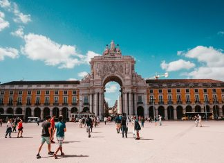 Praça do Comércio, Lisbon, Portugal (Photo by 🇨🇭 Claudio Schwarz - @purzlbaum on Unsplash)