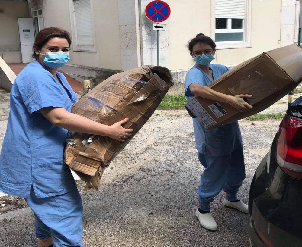Staff at Hospital de Dona Estefânia receiving the protective covers made by Ismail and other volunteers. (Photo credit: Hospital de Dona Estefânia)
